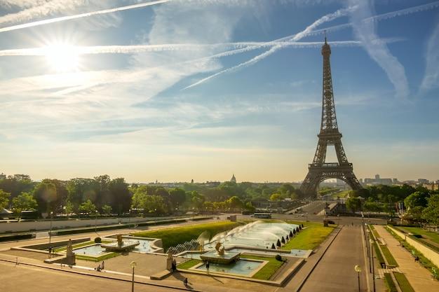 Франция. париж. эйфелева башня и фонтан в садах трокадеро. солнечное утро Premium Фотографии