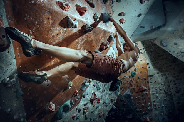 Бесплатный альпинист, восхождение на искусственный валун в помещении Бесплатные Фотографии