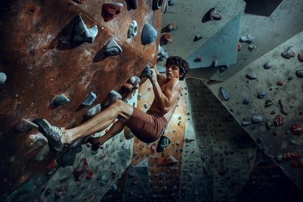 屋内で人工岩を登る無料の登山家 無料写真