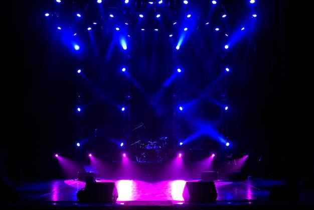 Свободная сцена с фоновым освещением, осветительными приборами. Premium Фотографии