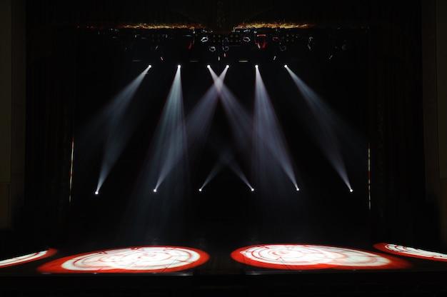 Свободная сцена с огнями, фон пустой сцены, прожектор, неоновый свет, дым. Premium Фотографии