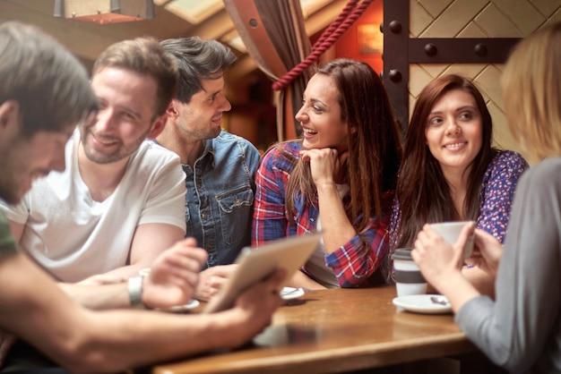 카페에서 친구들과 자유 시간 무료 사진