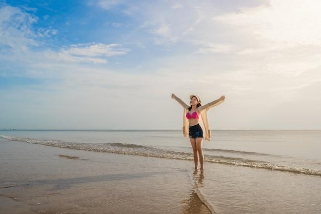 Белокурые подружки на морском берегу