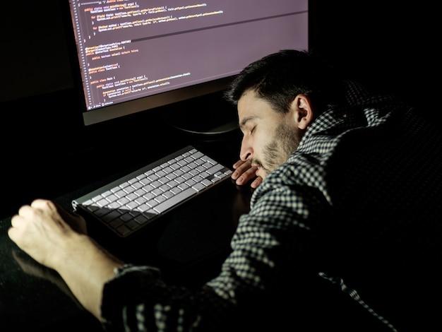Программист-фрилансер падает лицом вниз, вздремнув Premium Фотографии