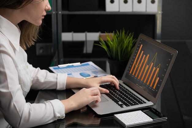 빈 검은 화면 다음 차트 및 계산기와 노트북에 프리랜서 입력 프리미엄 사진