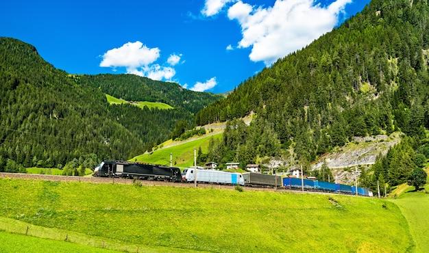 オーストリアアルプスのブレンナー鉄道での貨物列車 Premium写真