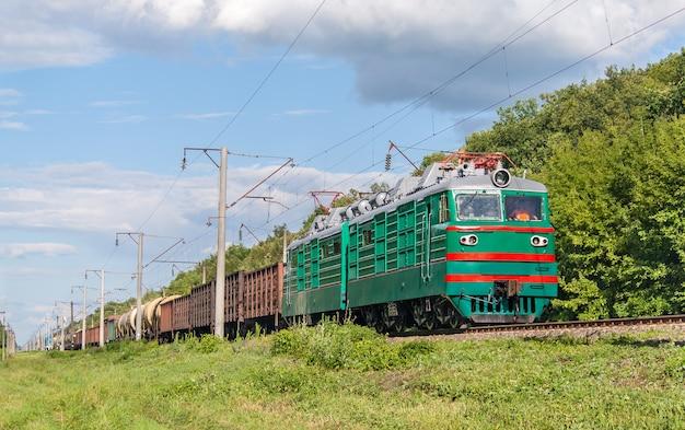 Грузовой поезд на электровозе Premium Фотографии