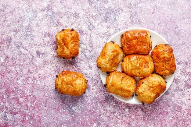 フランスのクロワッサンはパンオショコラを苦しめます。 無料写真
