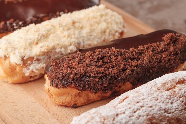 フランスのエクレア。コーヒー用のチョコレートとクリームのエクレア。コーヒーブレイクのお菓子 Premium写真