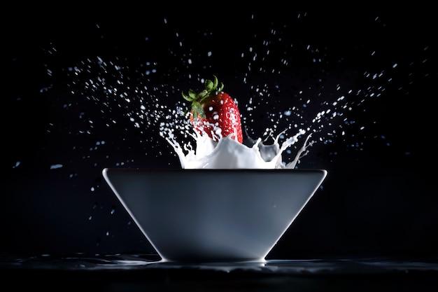 Fresas y leche Premium Photo