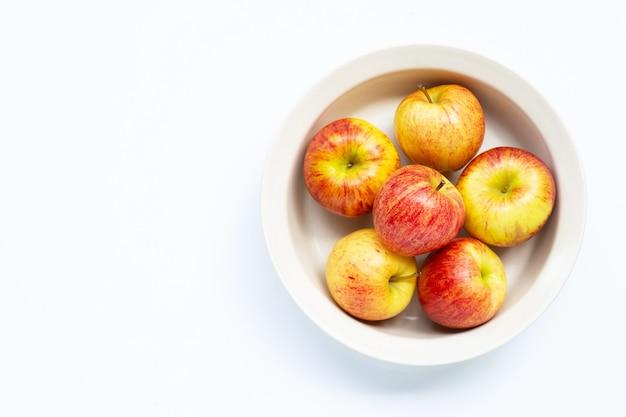 Свежие и сочные яблоки в миске isoalted Premium Фотографии