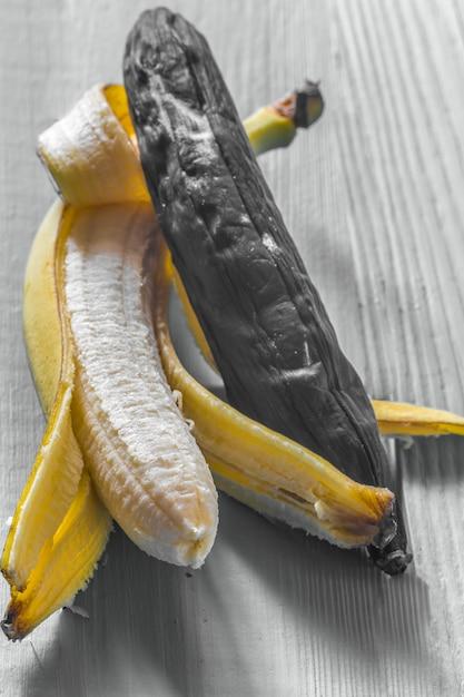 Свежий и гнилой банан на деревянном фоне Бесплатные Фотографии