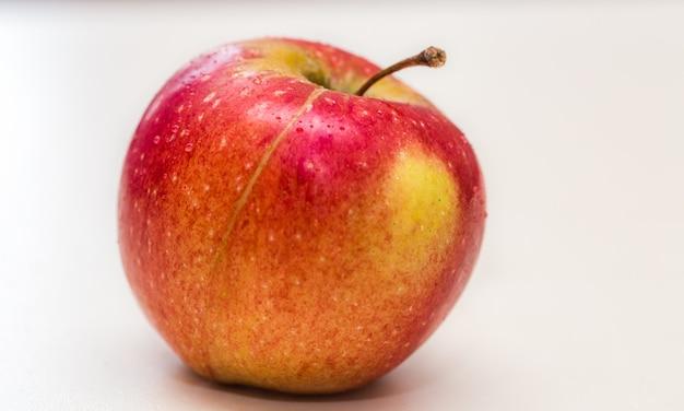 Свежее яблоко на белом фоне Бесплатные Фотографии