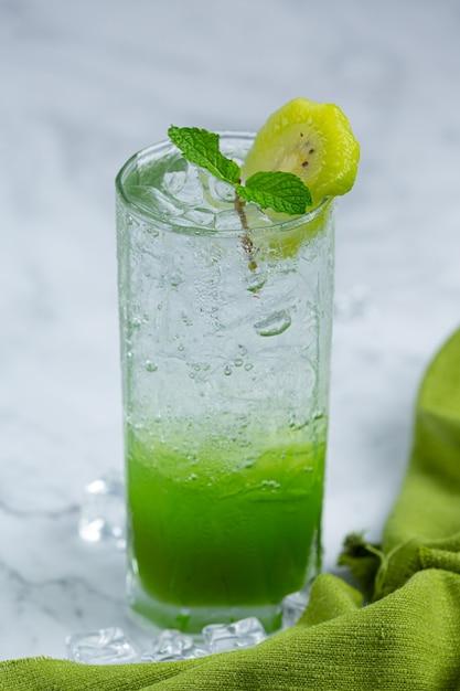 Succo di mela fresco in un bicchiere con mele verdi. Foto Gratuite