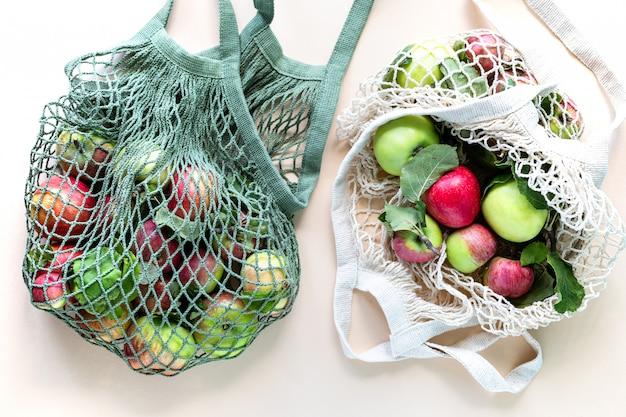 ショッピングバッグメッシュの新鮮なリンゴ。廃棄物ゼロ、プラスチックのコンセプトなし。健康的な食事とデトックス。秋の収穫。フラット横たわっていた、トップビュー。 無料写真