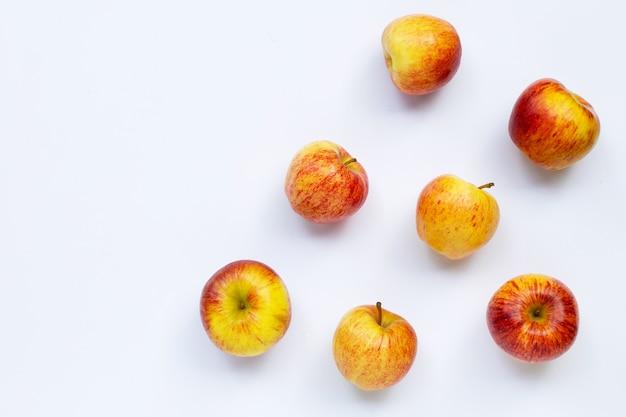 Изолированные свежие яблоки Premium Фотографии