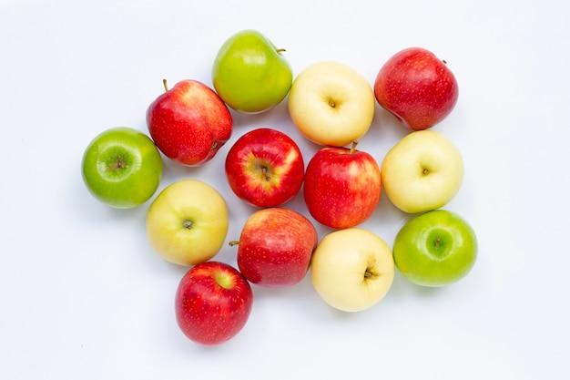 Свежие яблоки на белом. вид сверху Premium Фотографии