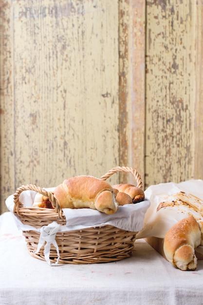 Свежие запеченные рогалики Premium Фотографии