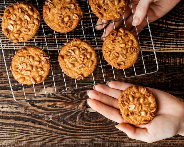 Свежеиспеченное печенье с орехами Бесплатные Фотографии