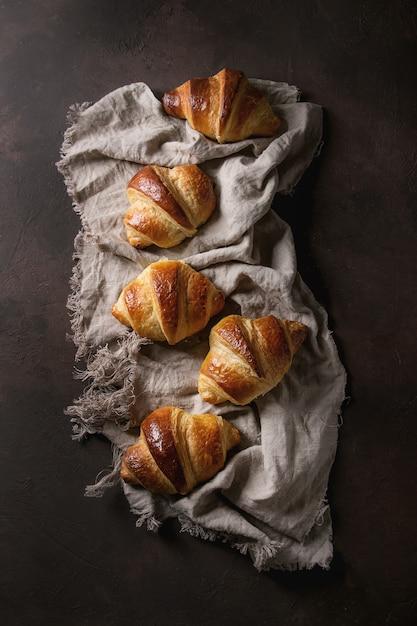 Fresh baked croissant Premium Photo