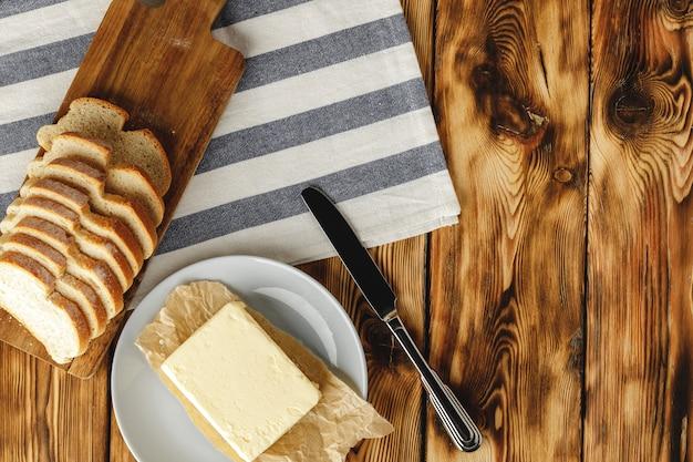 焼きたてのパンとバターバー Premium写真