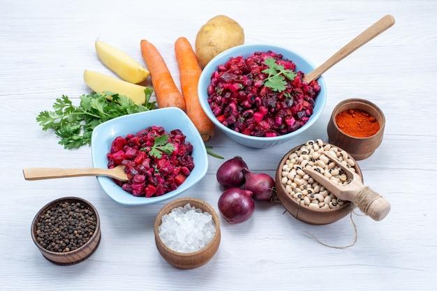 ライトデスクの材料と青いプレートの中にスライスした野菜と新鮮なビートサラダ、野菜サラダ食品食事健康スナック 無料写真