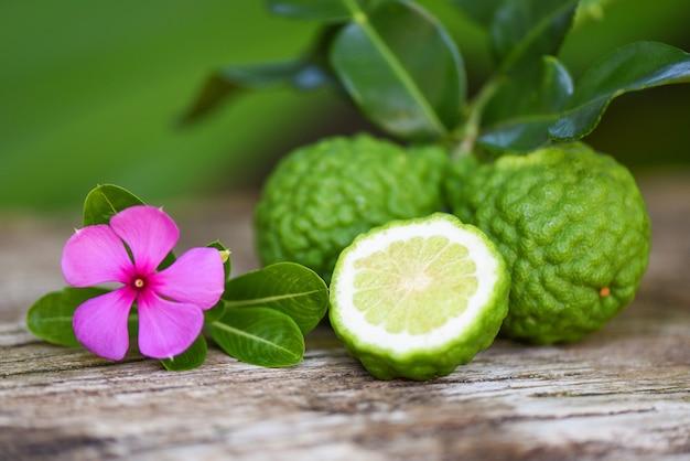 Свежие фрукты бергамота, лайм кафр, цитрусовые бергамия с листьями на деревянном Premium Фотографии