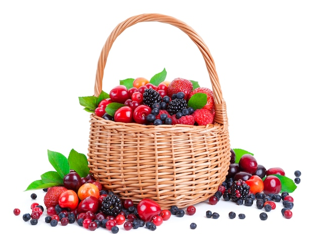 白で隔離されるバスケットの新鮮な果実 Premium写真