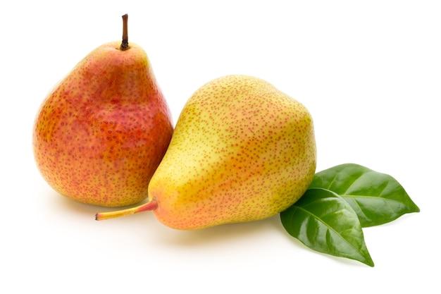 孤立した白い背景の葉と新鮮なバイオ梨。 Premium写真