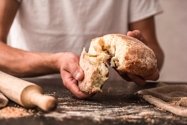 Свежий хлеб в руках крупным планом на Бесплатные Фотографии