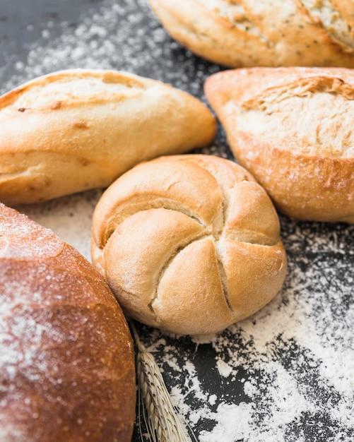 Pagnotte di pane fresco sul tavolo Foto Gratuite