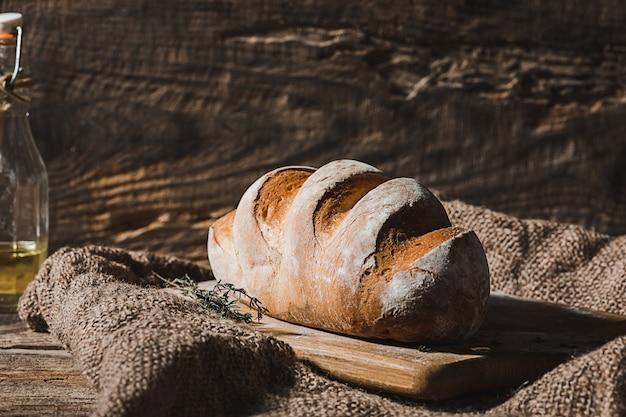 テーブルのクローズアップに焼きたてのパン 無料写真