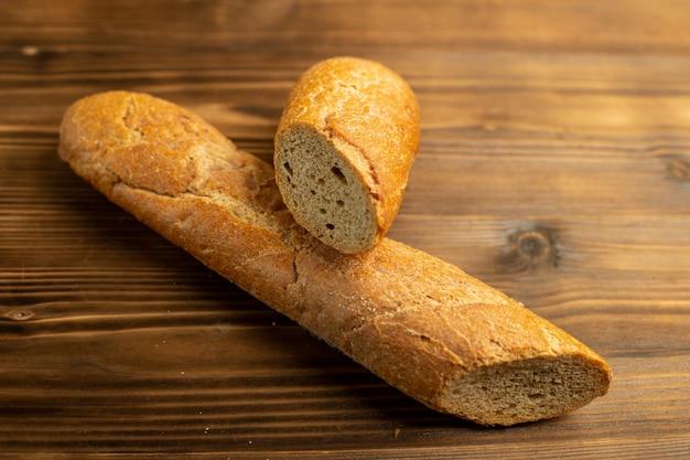 Свежий хлеб нарезанный на деревянной деревенской поверхности Бесплатные Фотографии