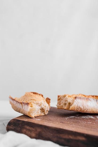 Свежий хлеб с разделочной доской Бесплатные Фотографии