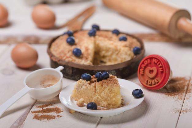 木製のテーブルにブルーベリーと新鮮なケーキ 無料写真