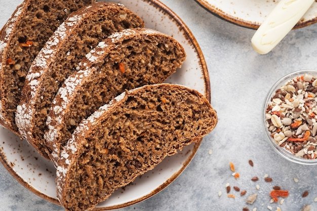 Вид сверху ломтиками свежего морковного хлеба Premium Фотографии