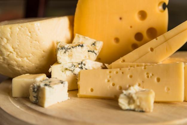 Свежий сыр на деревянной разделочной доске Бесплатные Фотографии