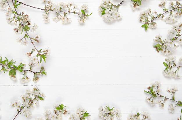 Свежие цветы вишни на белые окрашенные деревянные доски. копировать пространство Premium Фотографии
