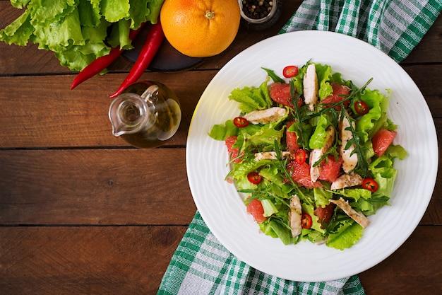 Condimento per insalata di pollo fresca, pompelmo, lattuga e senape di miele. menu dietetico. nutrizione appropriata. vista dall'alto Foto Gratuite