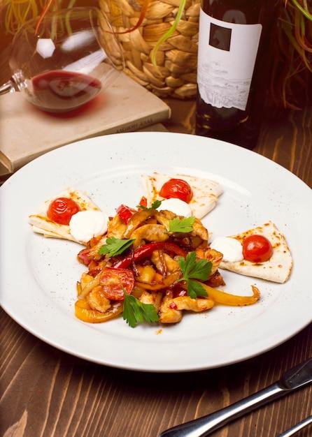 新鮮なチキンサラダ、野菜ドレッシング、白い皿にアラビア語の白人パン。食事メニュー適切な栄養 無料写真