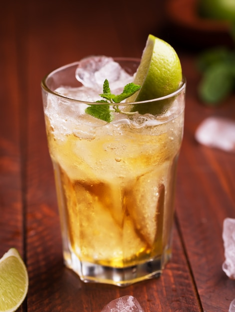 Fresh cocktail prepared with ginger beer, lime and ice Premium Photo