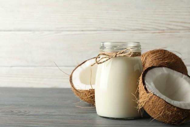 木製の新鮮なココナッツとココナッツミルク Premium写真