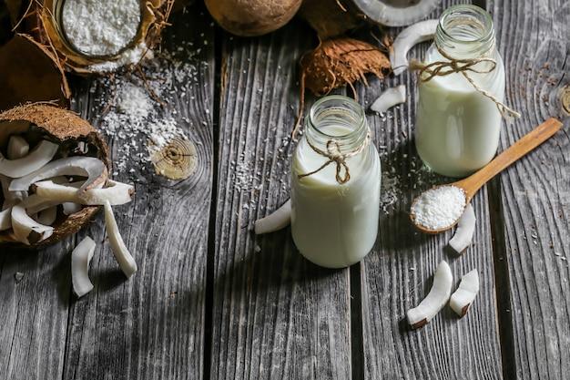 ボトルに入った新鮮なココナッツとココナッツミルク 無料写真