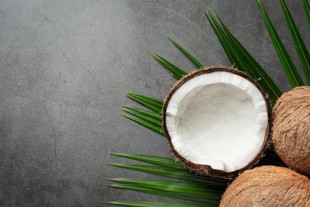 Свежие кокосы на темном фоне Бесплатные Фотографии