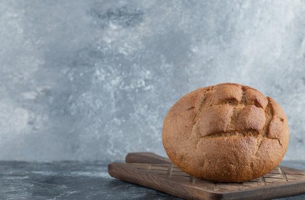 갓 조리 한 수제 호밀 빵. 고품질 사진 무료 사진