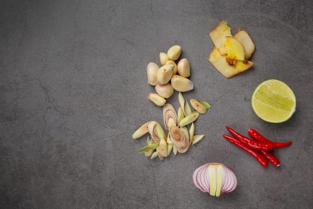 Ingrediente di cucina fresco messo su sfondo scuro Foto Gratuite