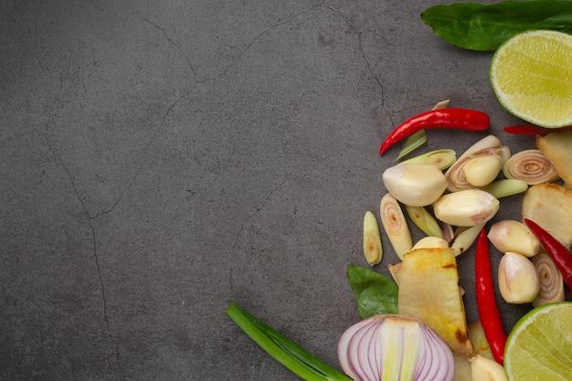 어두운 배경에 넣어 신선한 요리 재료 무료 사진