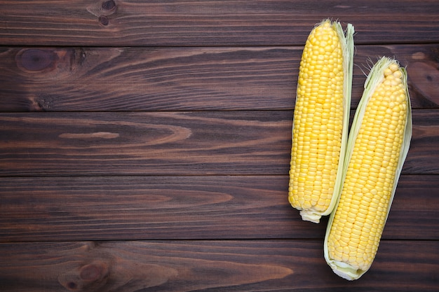 Fresh corn on a brown wooden table Premium Photo