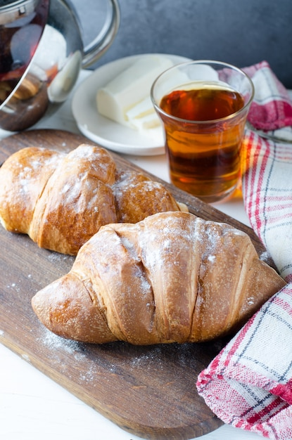 Fresh croissant with tea for breakfast. food photography. Premium Photo