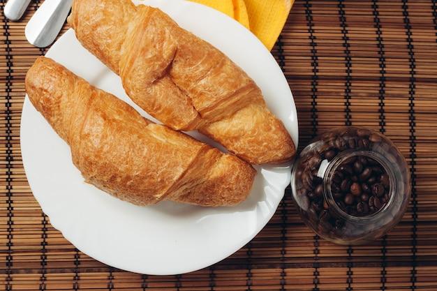 パリで焼きたてのクロワッサンのコーヒー豆の朝食 Premium写真